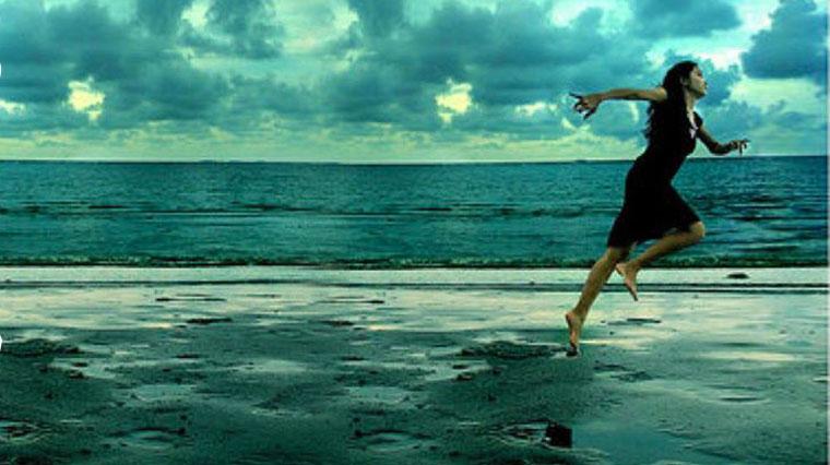 Donna in fuga scappa nel mare