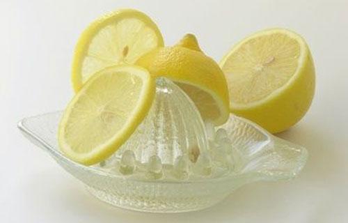Preparazione bevanda acqua e limone