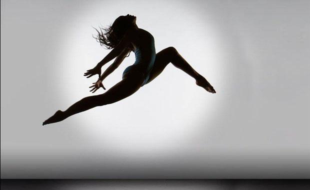Donna acrobata vive il presente