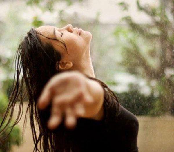 Donna libera sotto la pioggia