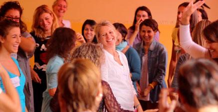 Donne della Via femminile che ridono