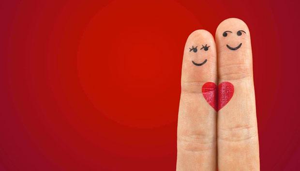 Uomo e donna innamorati disegnati sulle dita
