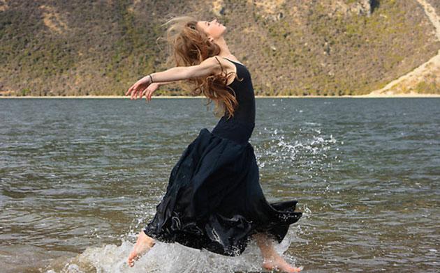 Donna libera canta acqua