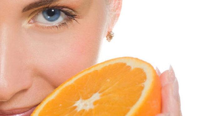 Donna arancia acido ascorbico