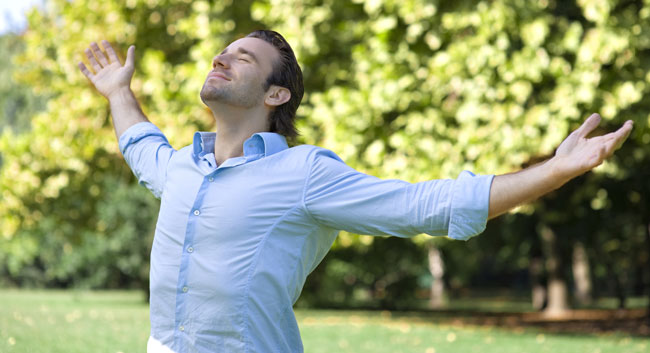 Uomo respira a pieni polmoni