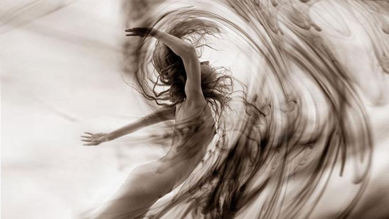 corpo femminile sinuoso come un onda