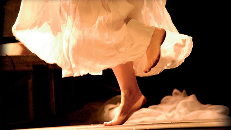 Danza liberatoria a piedi nudi