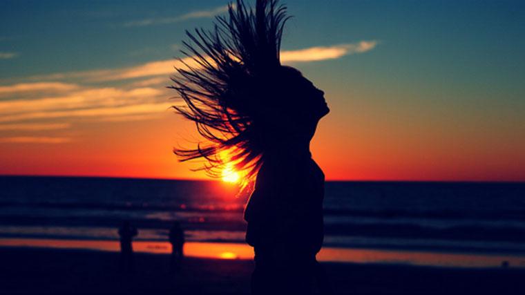 Donna coraggiosa al tramonto