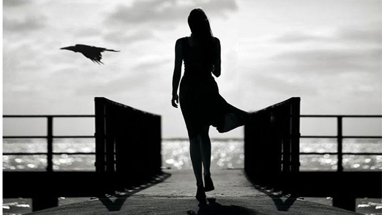 Donna sul molo alla ricerca di un ideale