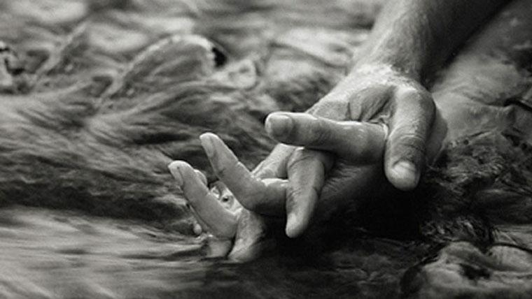 mani intrecciate strumento di amore