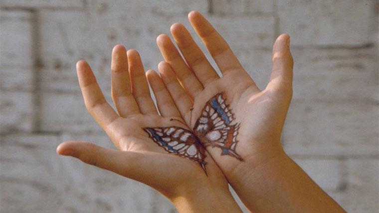 Mani tatuate, da crisalide a farfalla