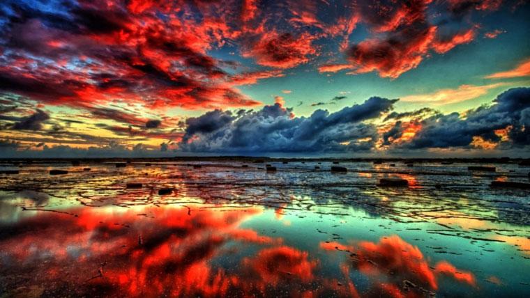 Nuvole rosse riflesse sull'acqua, credere nei sogni