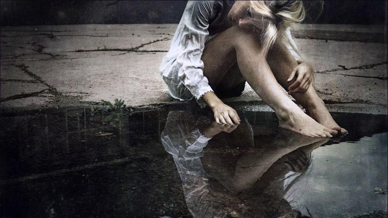 Riflesso di una donna in lacrime