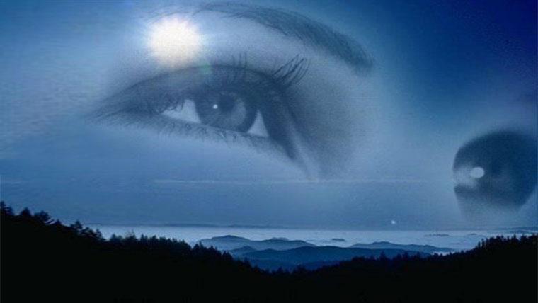Sguardo di donna speciale in cielo notturno