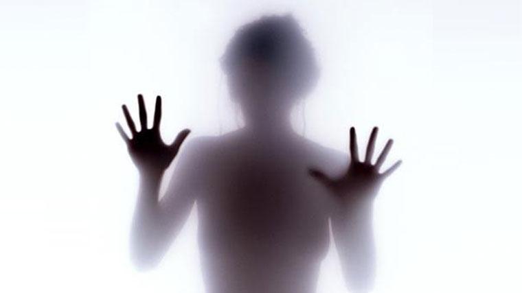 Silhouette sfocata di una donna sofferente