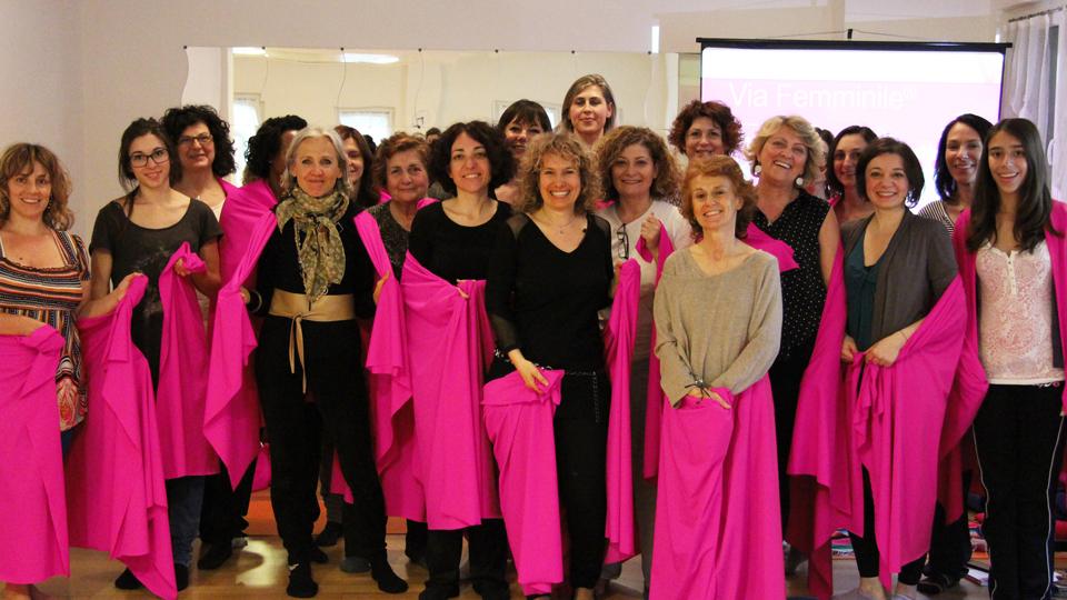 Simona Oberhammer con le donne della Via Femminile