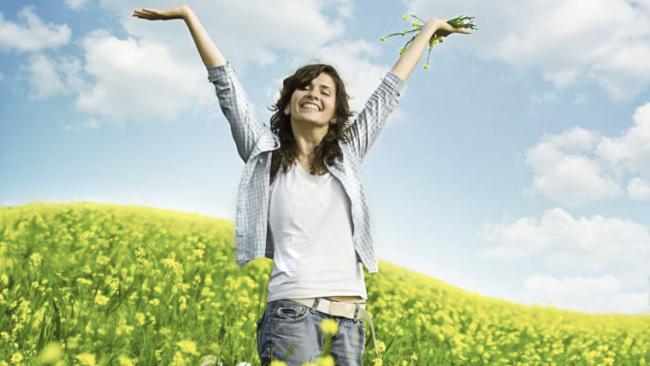 Donna in salute e benessere apre le braccia al cielo dopo idrocolonterapia