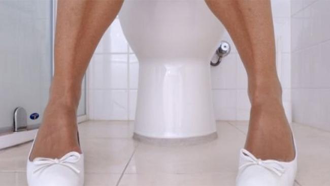 Donna sulla toilette, migliorare le funzioni intestinali con idrocolonterapia