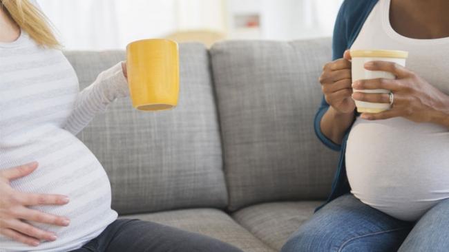 Donne in gravidanza bevono una tazza di acqua e limone
