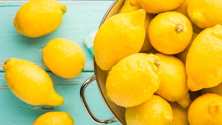 Limoni gialli per doccia interna acqua e limone