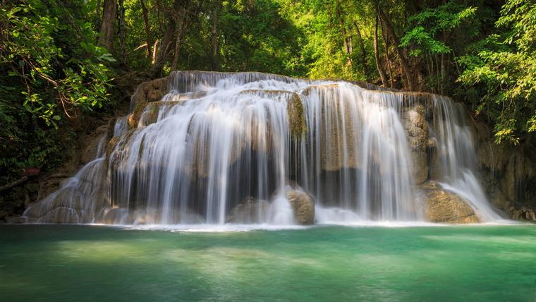 Disintossica l'organismo con 4 biotipi Oberhaer coe una cascata nella foresta con acqua depurativa