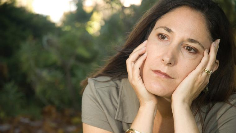 Donna pensa ai sintomi dell'accumulo di scorie nell'organismo