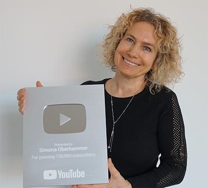 Simona Oberhammer targa Youtube 100mila iscritti
